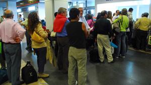 Pasajeros afectados por retrasos intentan presentar reclamación en el Aeropuerto de Barajas.