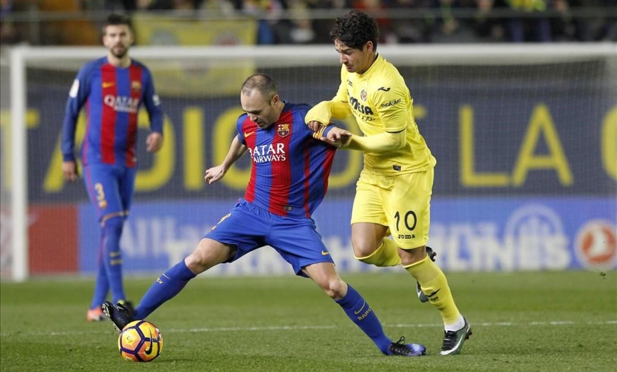 Pato presiona a Iniesta.