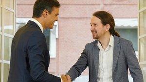 Pedro Sánchez y Pablo Iglesias, tras firmar el acuerdo para los Presupuestos el pasado mes de octubre.