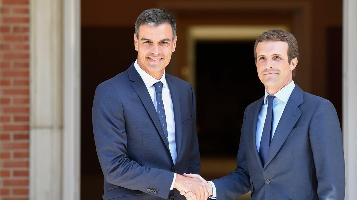 Pedro Sánchez recibe a Pablo Casado a las puertas de la Moncloa, este jueves.
