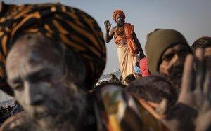 Peregrinos en la confluencia de los tres ríos sagrados Yamuna, Ganges y Saraswati
