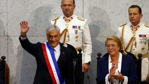 Piñera saluda tras recibir la banda presidencial de la presidenta salienteMichelle Bachelet.