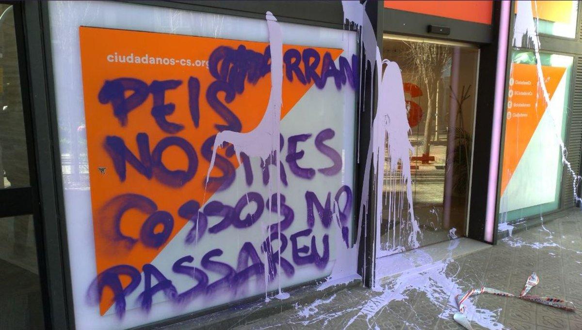 """[EFE] 15 de Enero de 2018 - Trump: """"La ley y el orden se impondrán en todo el territorio español con o sin la fuerza"""" Pintadas-arran-sede-barcelonesa-1552990417318"""