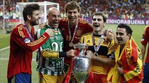 Piqué, Reina, Llorente, Casillas y Xavi celebran la Eurocopa del 2012 en Ucrania.