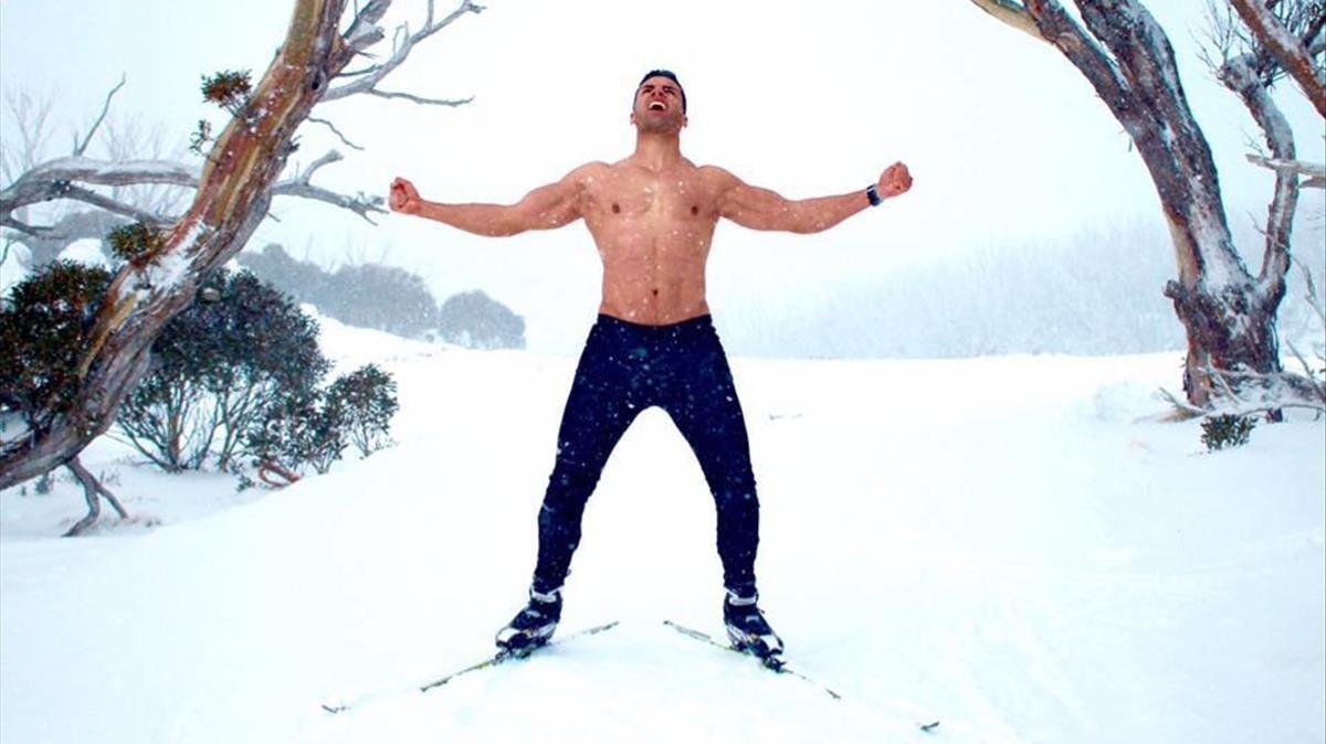 Pita Taufatofua muestra musculatura en la nieve.