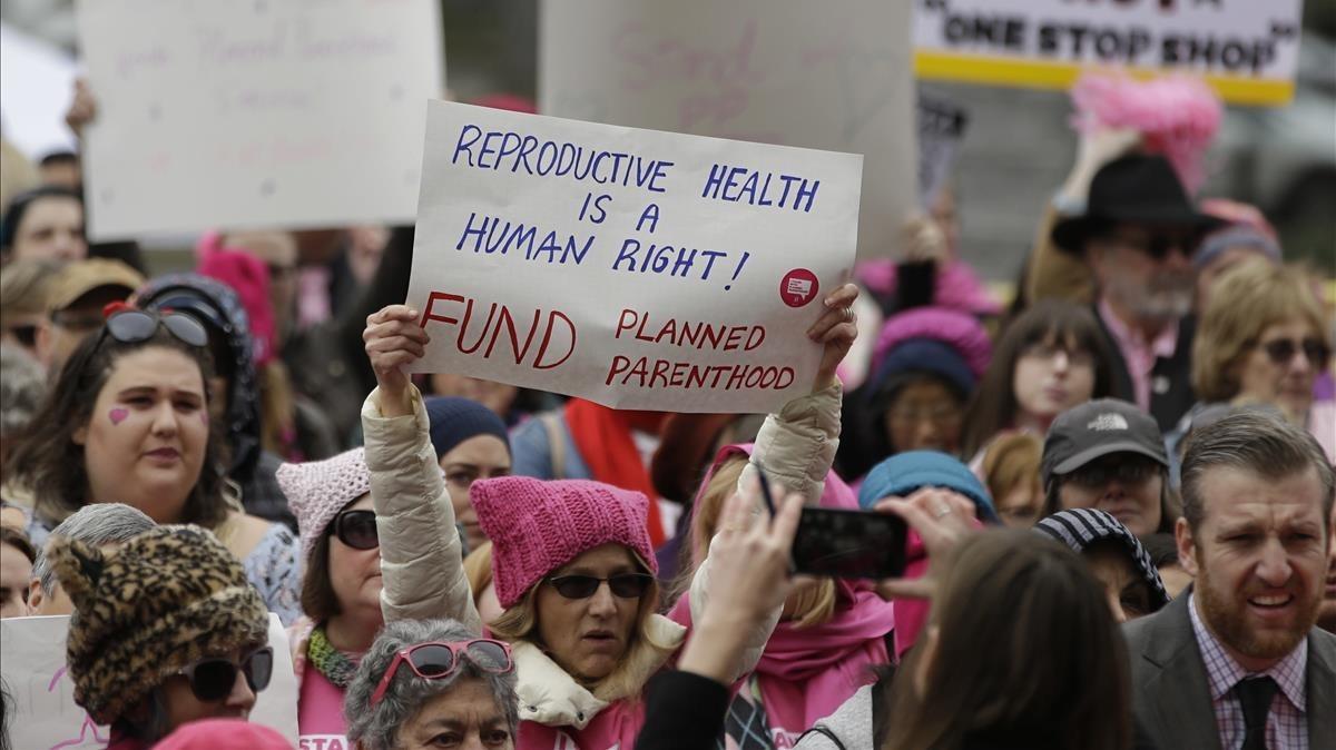 Defensores de Planned Parenthood en una manifestación en Sacramento, en 2017