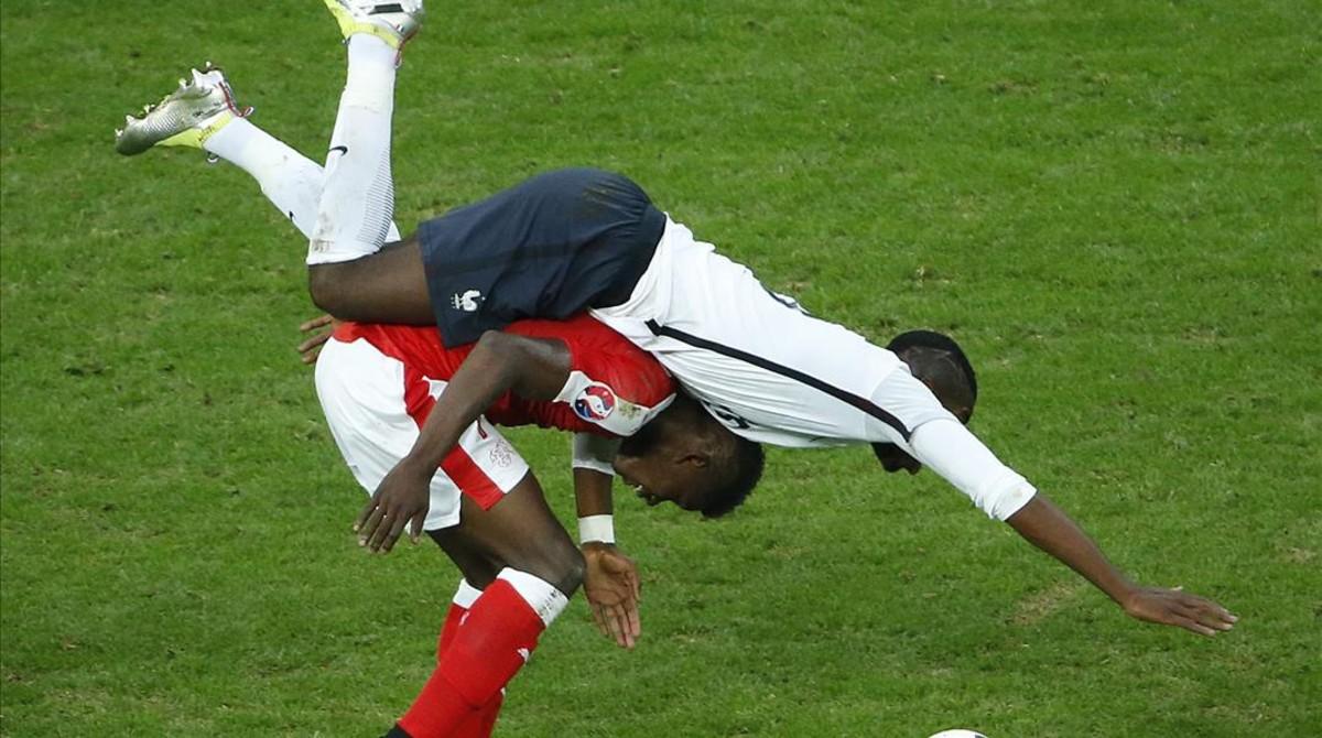 Pogba cae sobre Embolo en una lance en la primera mitad.