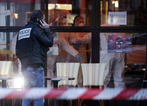 Científicos forenses y la policía inspeccionan el Cafe Bonne Biere on Rue du Faubourg du Temple en Paris este sábado.