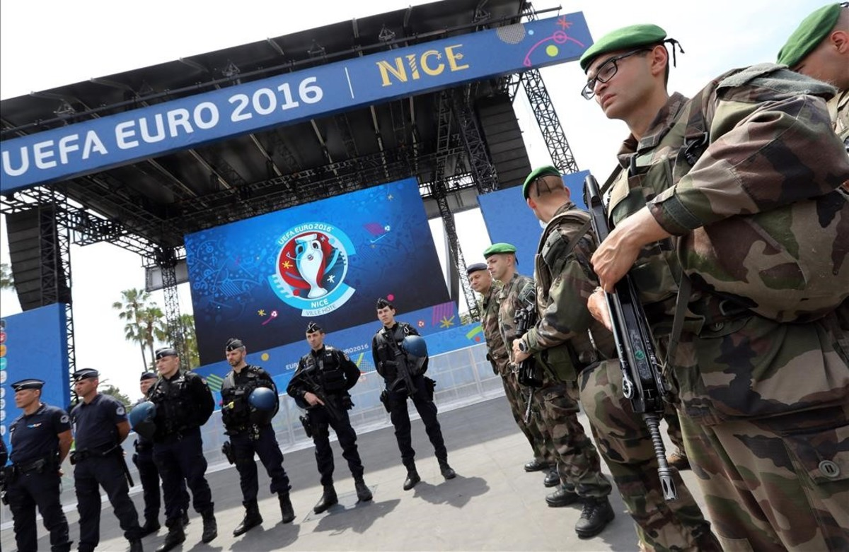 Policías y personal de seguridad en la zona de fans en Niza, Francia.