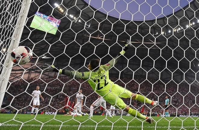 El portero Fabianski no puede parar el disparo de Renato en el gol del empate entre polonia y Portugal.