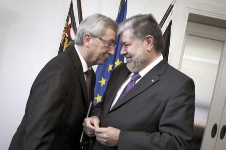 El president de l'Eurogrup, Jean Claude Juncker (esquerra), conversa amb el primer ministre de Renània-Palatinat, Kurt Beck, a Mainz (Alemanya).
