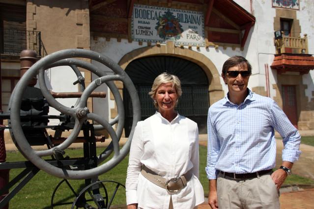 La presidenta del Grup Codorníu, Mar Raventós, i el director general, Xavier Pagès, aquest dimecres, a Bodegas Bilbaínas, a Haro (la Rioja).