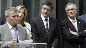 El presidente de la ACVOT,JoséVargas, junto a la entonces vicepresidenta Joana Ortega, el lendakari Patxi López y el alcalde Xavier Trias, durante la conmemoración del 25º aniversario del atentado de Hipercor, el 19 de junio del 2012.