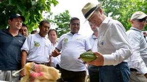 El presidente de Colombia, Juan Manuel Santos (con sombrero) ha pedido a su equipo negociador que apretre el acelerador para firmar la paz con las FARC.