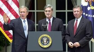 El presidente George Bush (izquierda), tras nombrar a Robert Mueller (centro) director el FBI en julio del 2001.