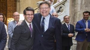 Puig abraza a Rodríguez el día de su toma de posesión como presidente de la Diputación de Valencia, en julio del 2015.