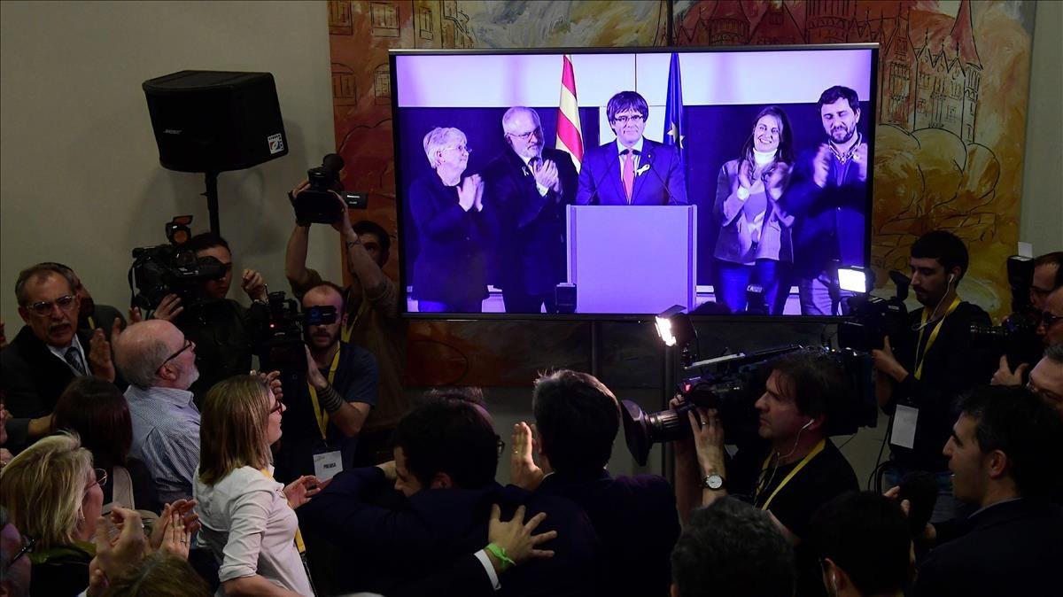 Puigdemont interviene por videoconferencia desde Bruselas en la noche electoral de Junts per Catalunya.
