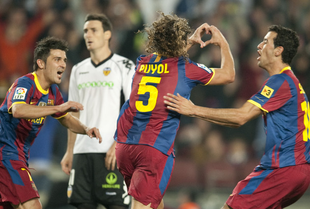 Puyol dibuja un corazón con sus manos tras el gol del triunfo.