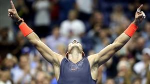 Rafael Nadal celebra exhausto su éxito ante Thiem.