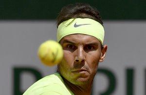 EPA1769. PARÍS (FRANCIA), 29/05/2019.- El tenista español Rafael Nadal devuelve la bola al alemán Yannick Maden durante su partido de segunda ronda del torneo de tenis de Roland Garros, este miércoles, en París (Francia). EFE/ Julien De Rosa