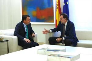 Rajoy, con el portavoz del PNV en el Congreso, Aitor Esteban, el pasado julio.