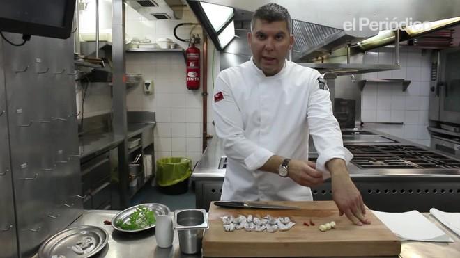 Ever Cubilla, chef de los restaurantes Rías de Galicia, Espai Kru y Señorito, explica cómo preparar las cocochas de merluza al pil pil.