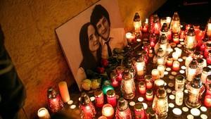 Recuerdo floral en memoria del periodista Jan Kuciak y su pareja, en Bratislava.