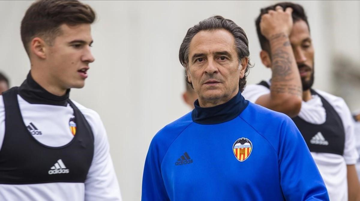 Prandelli, en el centro, en un entrenamiento del Valencia.