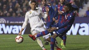 Doukouré se lesiona en la jugada que propició el penalti regalado al Madrid.