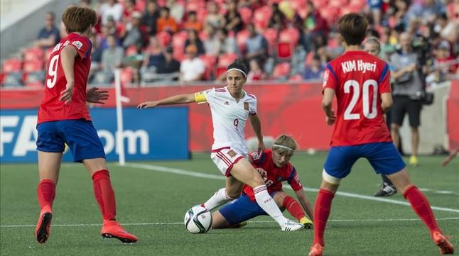 Vero Boquete, entre tres jugadoras de Corea del Sur.