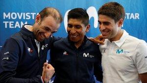 De izquierda a derecha, Alejandro Valverde, Nairo Quintana y Mikel Landa bromean en su hotel de Bruselas tras atender a la prensa.