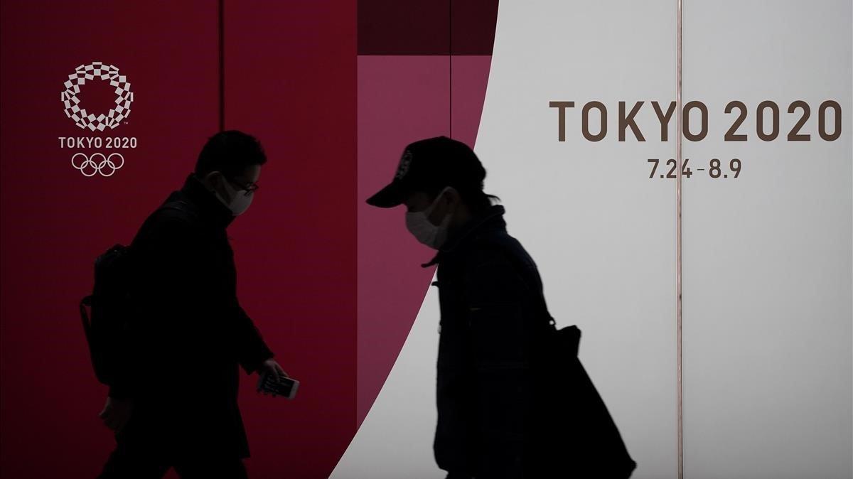 Dos personas pasean por Tokio.