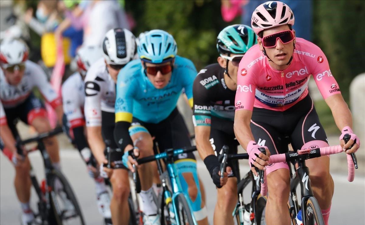 Joâo Almeida, al frente del pelotón, durante la 13ª etapa del Giro.