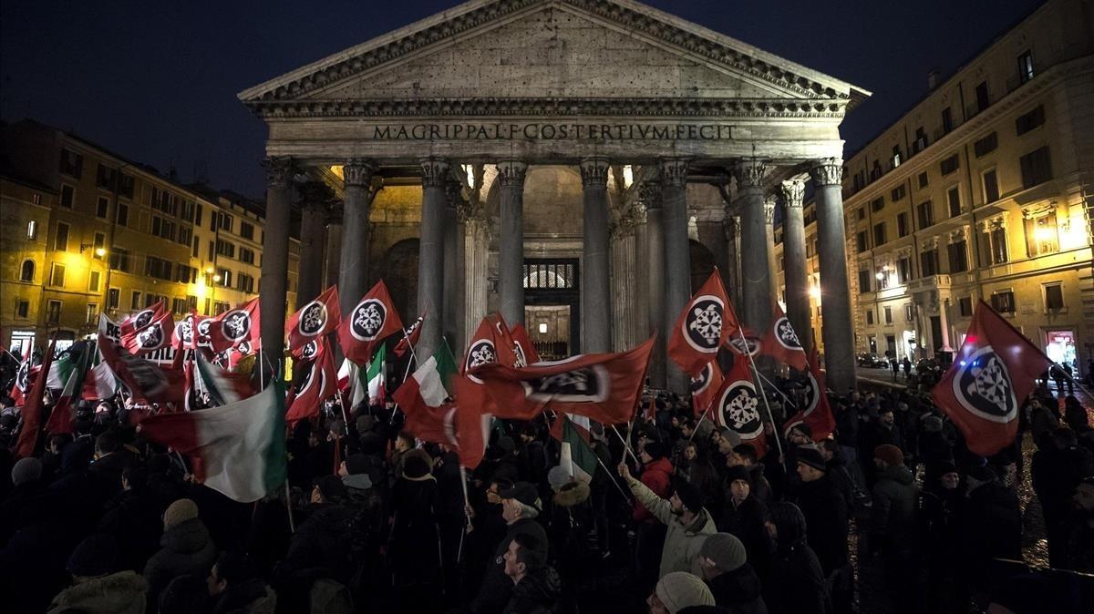 Seguidores de la organización fascista CasaPound asisten a un acto electoral celebrado en Roma, el 1 de marzo.