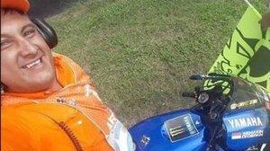 Selfi de Franco Neirot, subido a la Yamaha de Valentino Rossi, mientras se la vigilaba en Termas de Río Hondo.