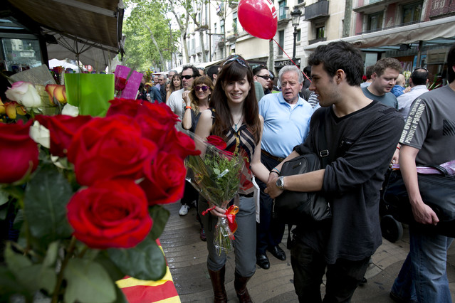 Ambiente que ha presentado la Rambla de Barcelona durante la diada de Sant Jordi.