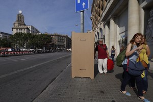 Soportes para carteles electoles vacíos en plaza de Catalunya.