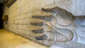 El vestíbulo de la calle de Aribau, 185, con un gran relieve realizado con piedra de Ulldecona.