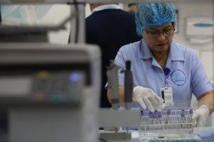 Las autoridades peruanas intentan contener el avance de otras enfermedades en medio de la pandemia.