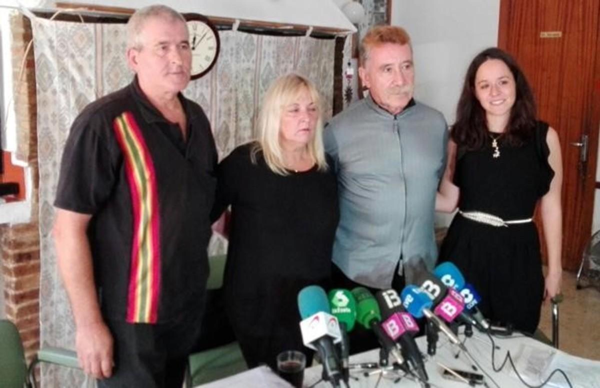 La familia de la niña agredida y su amogado (segundo por la derecha), durante la comparecencia de este sábado ante los medios de comunicación.