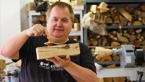 El tornero Fran Ferrer, con una pieza de madera en su taller de Polinyà.