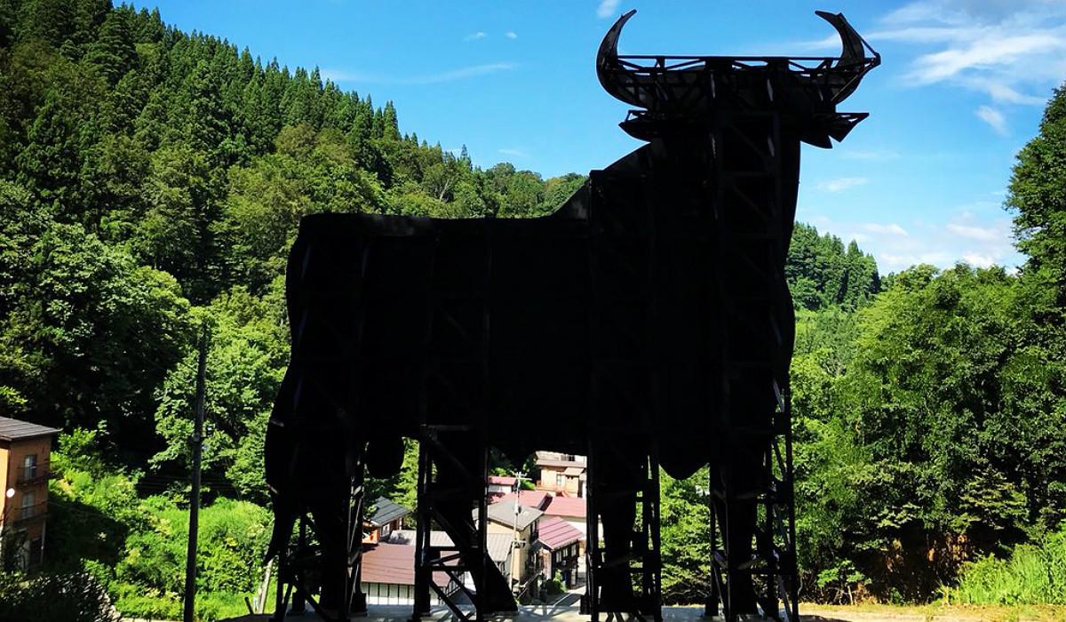 El toro de Osborne construido en Japón por Santiago Sierra