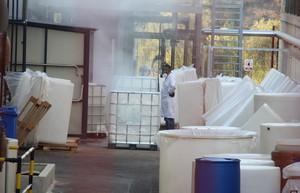 Un trabajador de la empresa afectada, Quality Chemicals, este viernes.