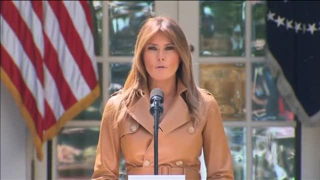 Melania Trump visita un centro de retención de emigrantes en Texas.