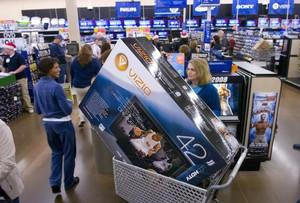 Una clienta de Wal Mart en Georgia, tras pasar por caja para comprar un televior, en una imagen de archivo.