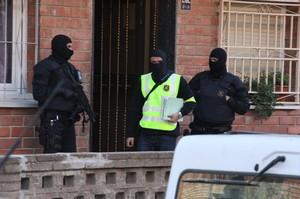Una imagen de la operación antiyihadista de los Mossos del pasado abril, en el barrio de Ca n'Anglada de Terrassa.