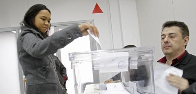 Una joven vota en un colegio electoral de Barcelona en los anteriores comicios autonómicos.