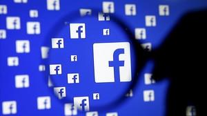 Una lupa frente a un logo de Facebook, en Sarajevo (Bosnia-Hercegovina), el 16 de diciembre.