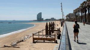 Una mujer camina por el paseo marítimo de Barcelona, el 6 de mayo.