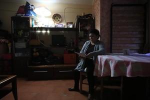 Una vecina de LHospitalet ilumina la estancia de su vivienda solo con una lámpara para ahorrar.